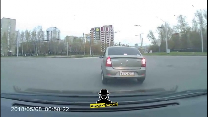 Кольцо Малахова - -Юрина водитель на автомобиле Рено запутался в поворотниках. (Инцидент Барнаул)