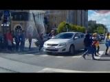 Наглый водитель вклинился в колонну детей на переходе в Тюмени