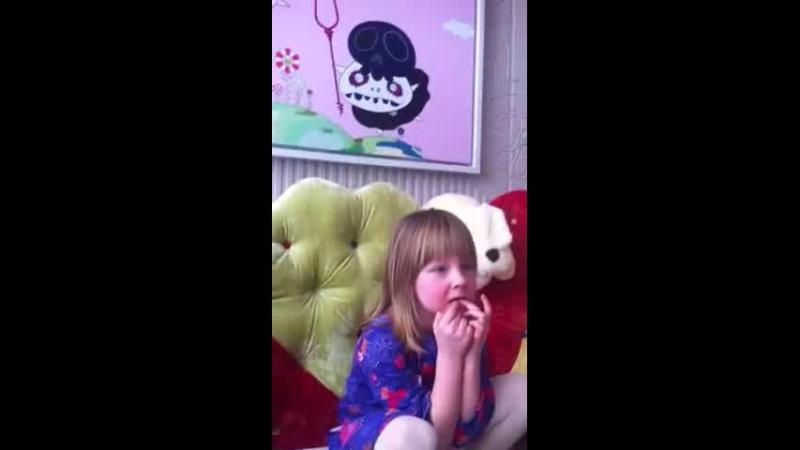 Лидия смотрит мультфильм (3.03.2013)