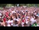 Английские футбольные фанаты поют