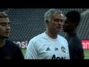 United-fansen får testet supportergenet sitt i disse dager. Smilene jeg så på trening i Sveits bar imidlertid ikke preg av verke
