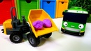 Um ônibus escolar. Veículos de transporte de brinquedo.