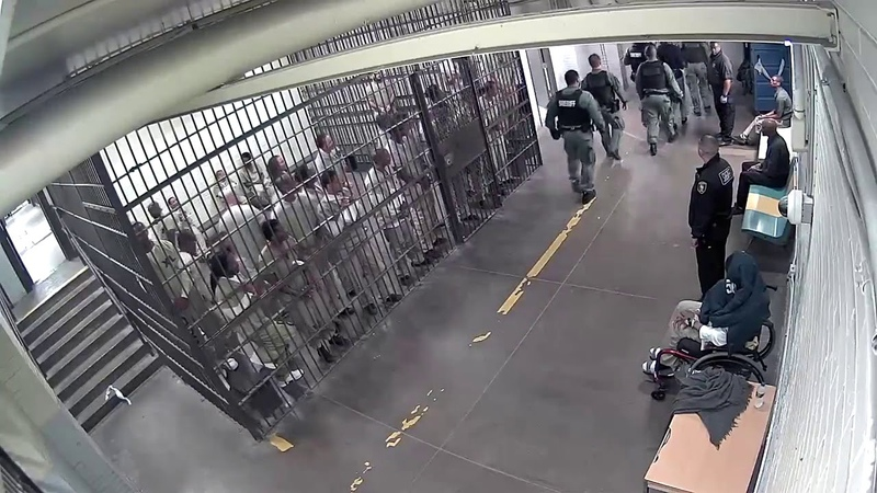 Inmates in Chicago clap for accused cop killer in jail