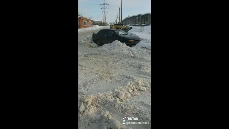 В Чебоксарах погрузчик-каратель заблокировал автомобиль снегом