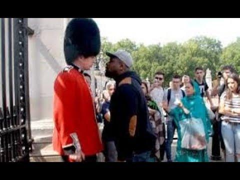 Moment atau Kejadian lucu Pasukan Jaga (Royal Guard) ketika sedang bertugas 3