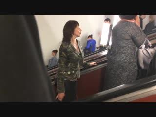Девушка в метро (хорошее настроение, юмор, забавное видео, музыка, студентка пританцовывает, метрополитен, под землей, двигает).