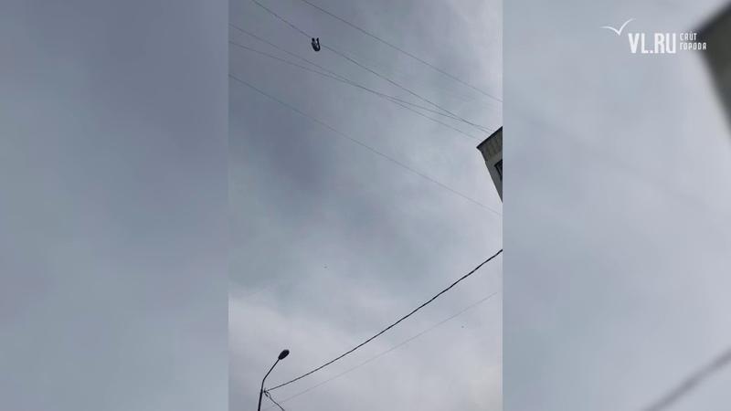 Мужчина во Владивостоке сорвался с проводов ЛЭП и упал с высоты девятого этажа
