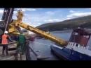 В городе Усть-Кут в Иркутской области, тяжелый автокран спускал в реку Лену небольшое судно. Из-за противовеса 50-тонный кран оп
