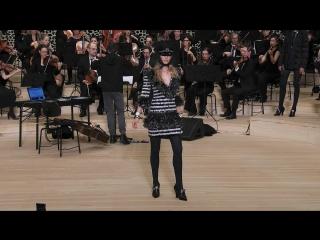 Амбассадор бренда, 37-летняя актриса Равшана Куркова снялась в видео-кампании показа Chanel Métiers d'art Paris-Hamburg 2017/18