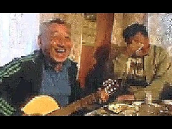 Мужик классно поёт и заразительно смеётся