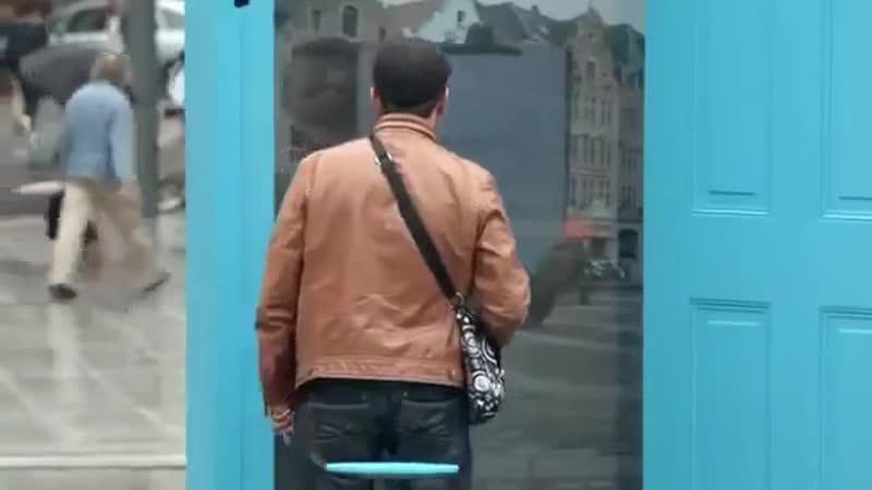 В Париже установили двери в режиме реального времени
