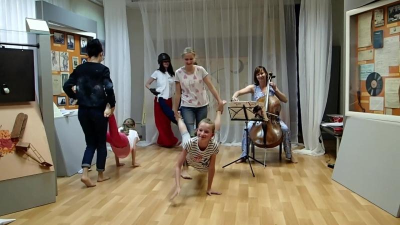 ФУТУРИСТИЧЕСКИЙ ПЕРФОМАНС, танец Танго с коровами
