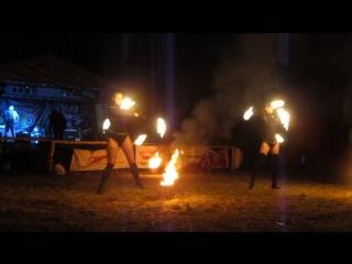 Очень долго можно смотреть как течет вода, как горит огонь-но вечно можно смотреть на то как танцуют девушки с огнем.