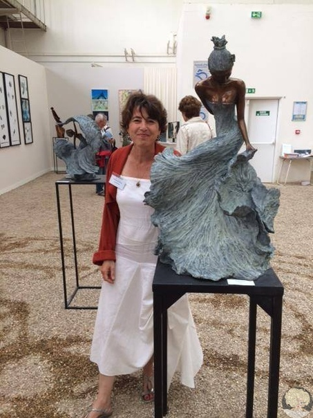 Французский скульптор Натали Сегин, родившаяся в семье художника и воспитанная в творческой среде, рано приобщилась к искусству. Особенно хорошо ей удавалась работа связанная с преобразованием материалов  шёлка, дерева, камня.