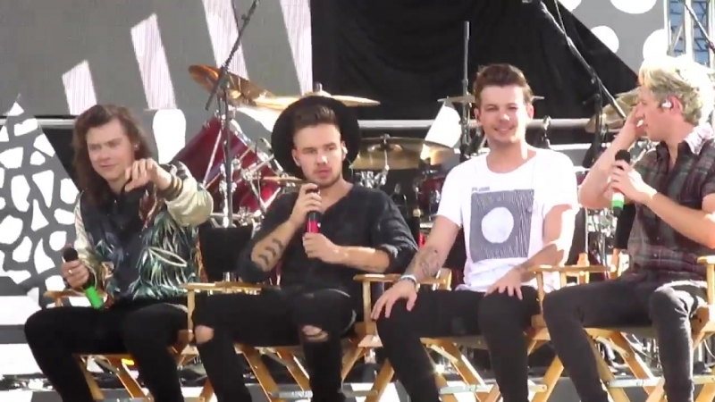 Remember when the fans were chanting space buns louis and harry looked at each other, my heart is melting -