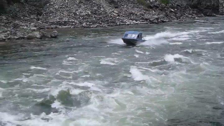 Против течения на моторке по реке Сальмон в Айдахо