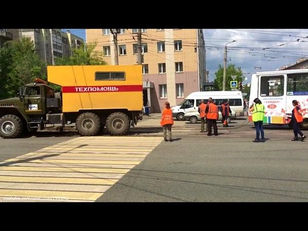 Трамвай ставят на рельсы. Челябинск