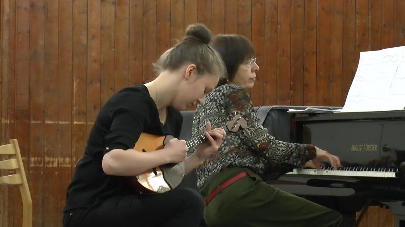 Участница оркестра Виктория Жебалова (домра) - III курс МКИ...(теперь уже IV ))