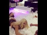 Сексапильная Nicolette Shea резвится в бассейне