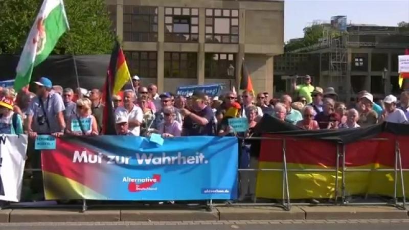 Merkel in Dresden mit -Merkel-muss-weg-Rufen- begrüßt