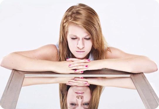 Почему нельзя спать напротив зеркала: несколько объяснений популярного суеверия
