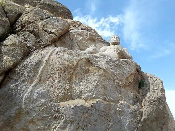 Статуя греческого героя на западе Ирана Гора Бехистун (провинция Керманшах) славится своим древним культурным комплексом. Этот комплекс внесён в список Всемирного наследия ЮНЕСКО, и известен он
