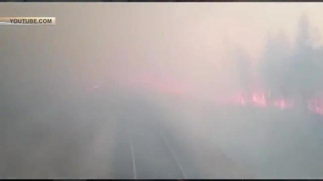 Огненная дорога российский поезд промчался сквозь полыхающий лес под Хабаровском coub