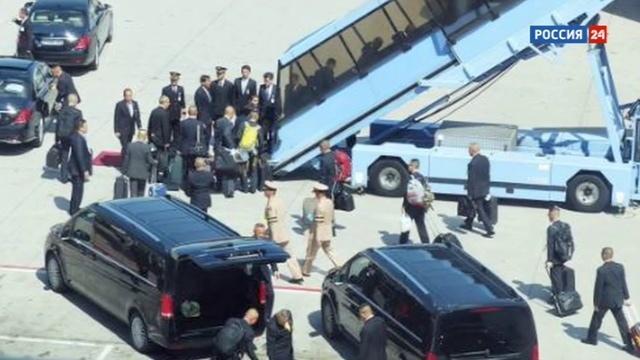 Новости на Россия 24 • Тайский принц прилетел в Германию с приспущенными штанами