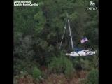 Застрявшая в деревьях лодка и наводнение в районе города Роли (США, штат Северная Каролина, сентябрь 2018).