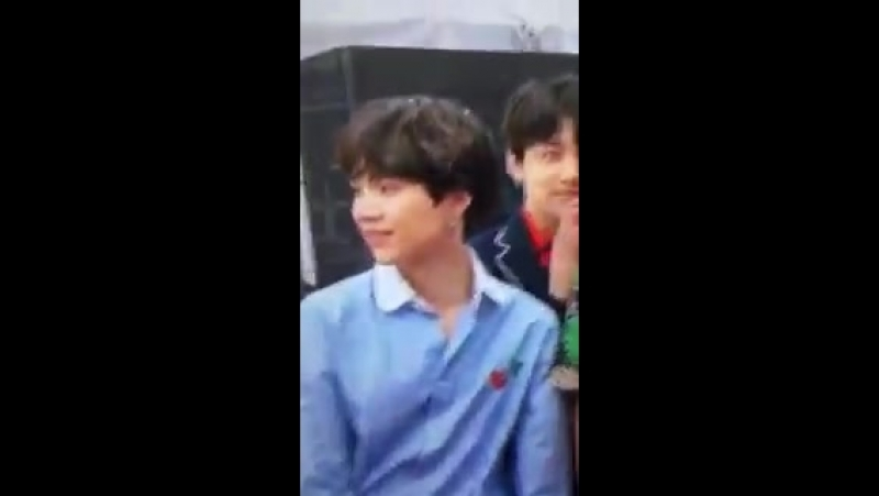 YOONGIS FUCKING GANG SIGNS I CANT BREATHE CAN HE QUIT
