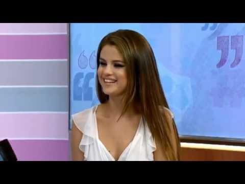 Selena responde perguntas de fãs no programa britânico The Hub
