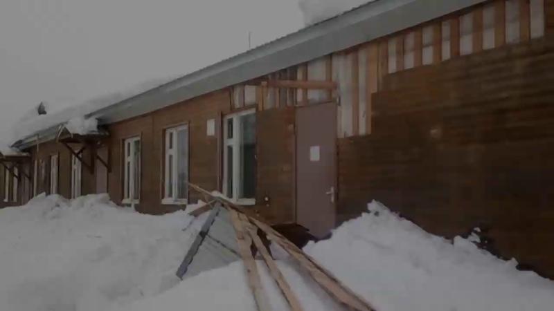 Козырек над входом в белозерскую больницу рухнул от тяжести снега