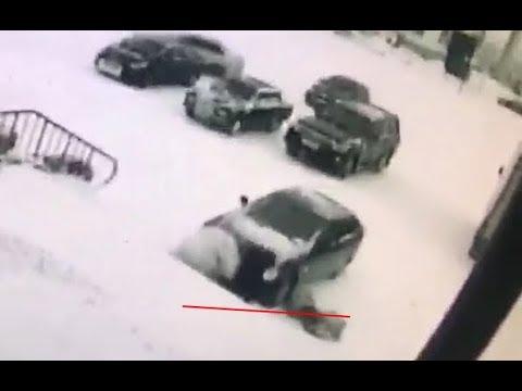 В Салехарде автомобиль наехал на своего хозяина