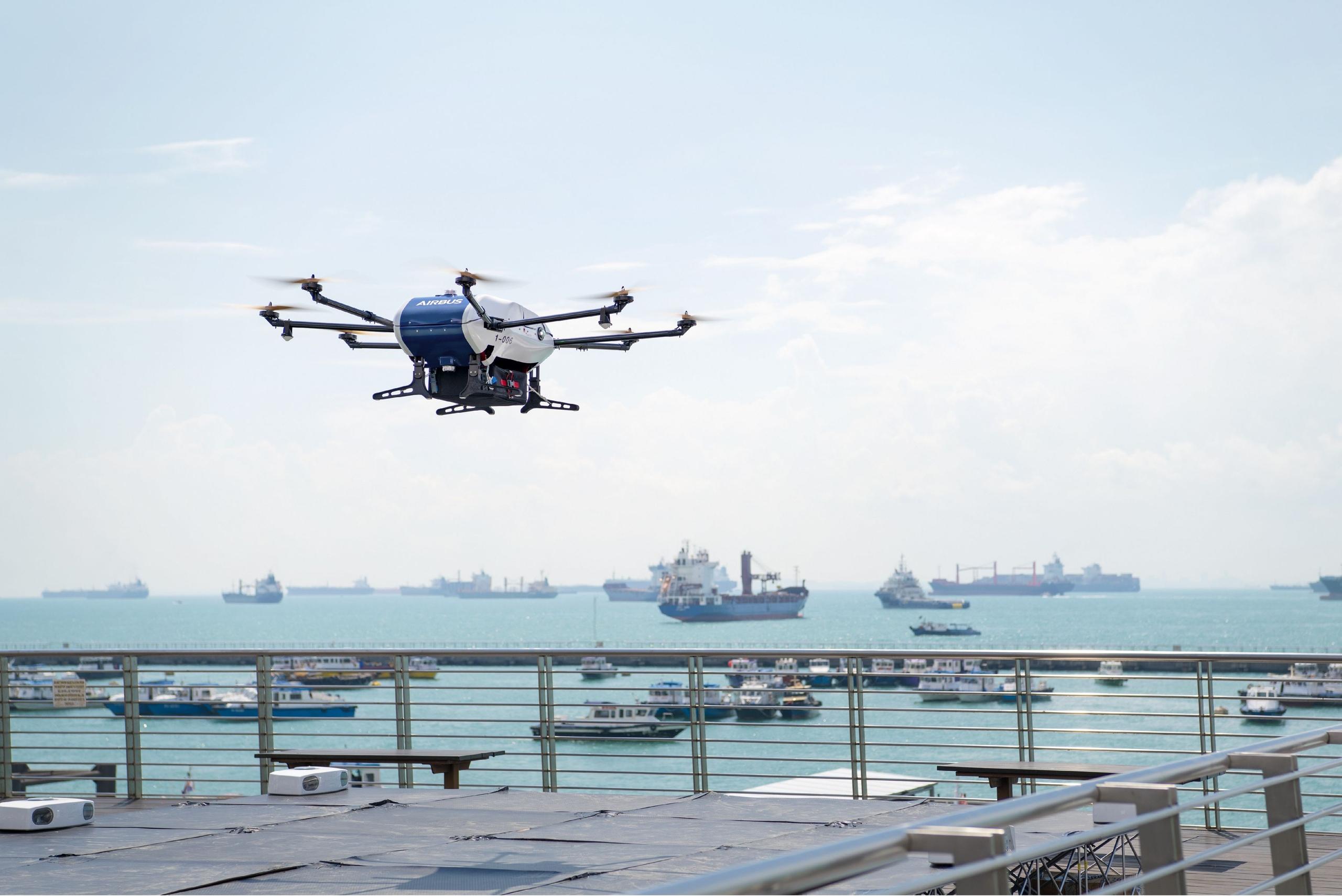Компания #Airbus начала испытания дрона Skyways для доставки малогабаритных грузов в порту Сингапура.