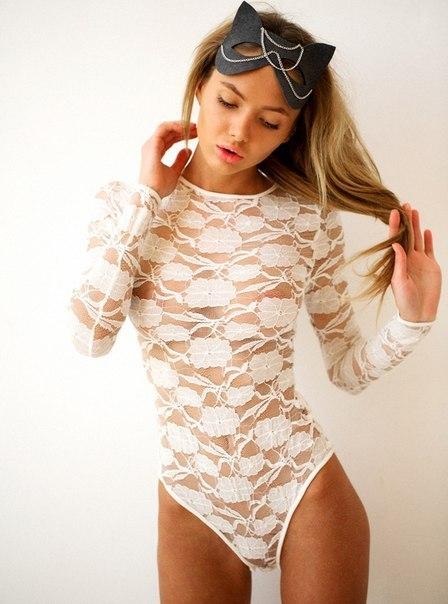 Lesbo pleasuring and fingerin in white