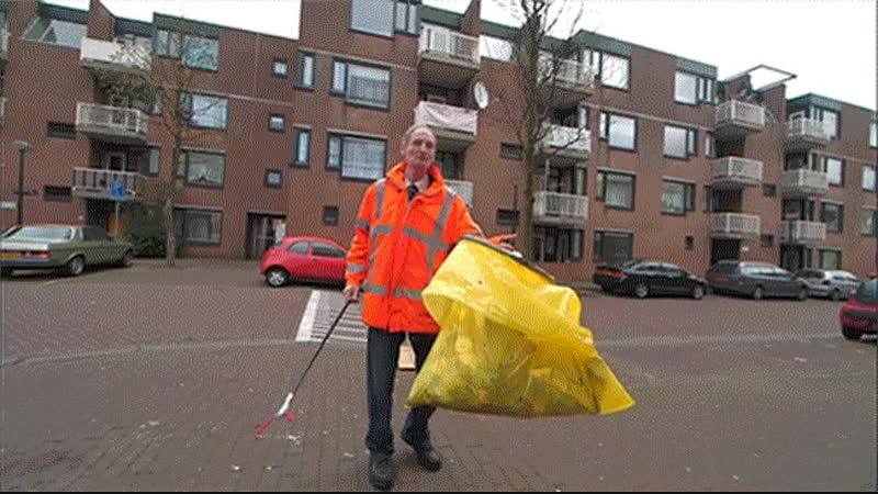 Амстердамская компания по уборке мусора нанимает алкоголиков и бездомных и платит им пивом