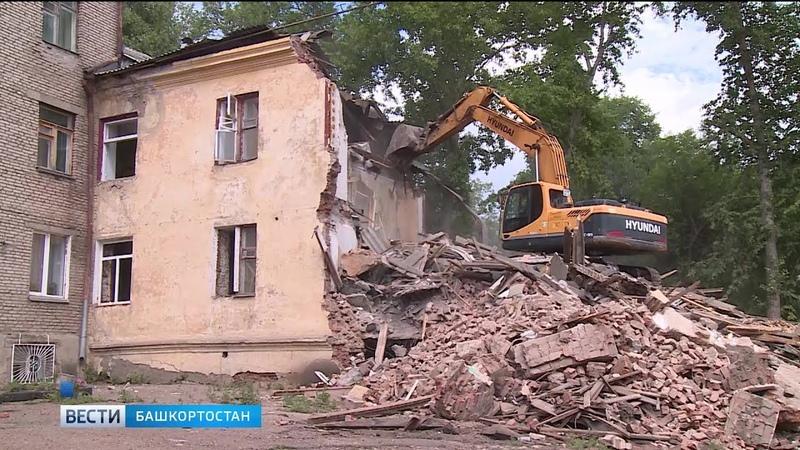 Из-за снова ветхого здания в Уфе соседний дом трещит по швам