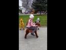 Интересная лошадка и танец на празднике в парке.