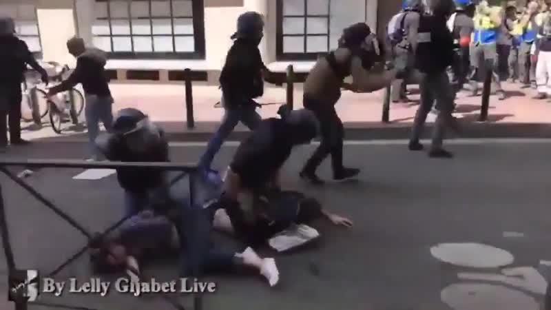 La police saisit et détruit la caméra dun journaliste puis le frappe GiletsJaunes Acte22