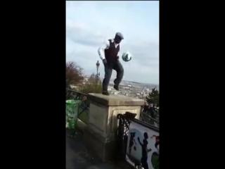 Человек с мячом творит чудеса акробатики!