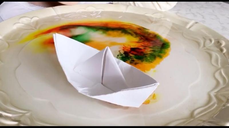 Очень красивая игра с бумажными корабликами. В тарелки обычная вода, краситель у нас пищевой, чем концентрированней, тем лучше (