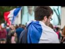 Болельщики Франции смотрят матч своей сборной против Австралии