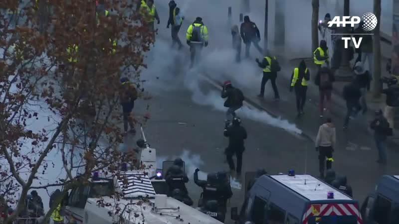 Champs-Elysées- la police tente de disperser les gilets jaunes