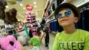 Едем в магазин за покупками.купим ГЛАМУРНЫЕ солнечные очки и шляпы.Видео для Детей