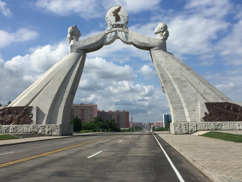 Отчет о путешествии в Северную Корею 2018. Через арку можно ездить только легковым автомобилям