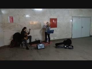Вадим Черновецкий. — Скрипачка и гитарист круто херачат и лихо наяривают