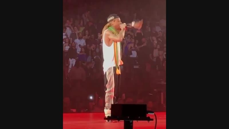 Дрейк снова вывел Лил Уэйн вчера вечером во время его турне «Aubrey The Three Migos» в Майами! drake lilwayne youngmoney a