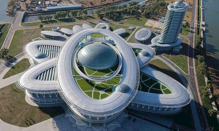 Эти сооружения выглядят так, словно из фантастических фильмов про инопланетян или просто как тайные убежища Джеймса Бонда… или Бэтмэна!