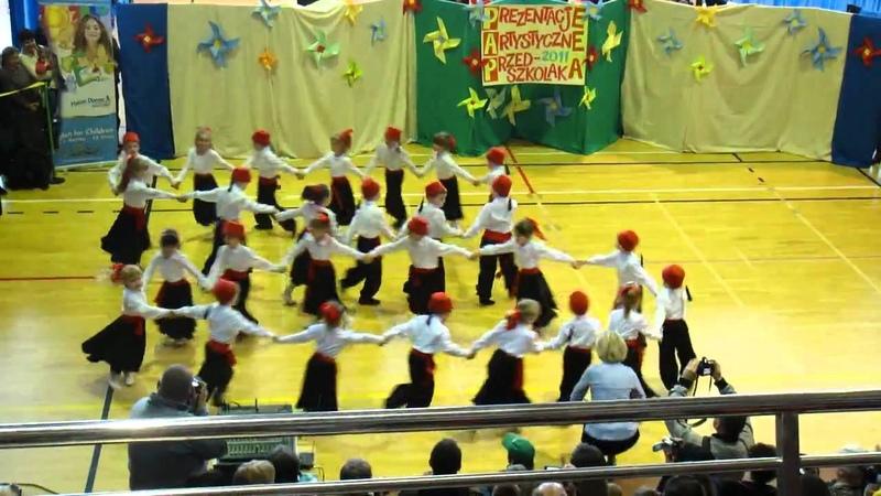 Taniec grecki - Zorba tańczą 5- cio latki z Przedszkola nr 3 w Ustce