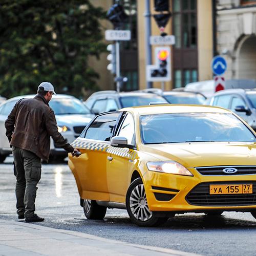 «Коммерсантъ»: власти Москвы хотят, чтобы тарифы на такси устанавливали не агрегаторы, а перевозчики
